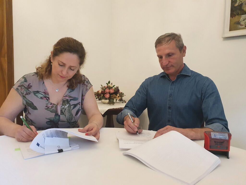 Podpisanie umowy na realizację Projektu przy udziale Pani Dyrektor COAR oraz Reprezentanta Wykonawcy